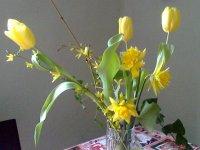 sarga tavaszi viragcsokor tulipan narcisz aranyeso borostyan